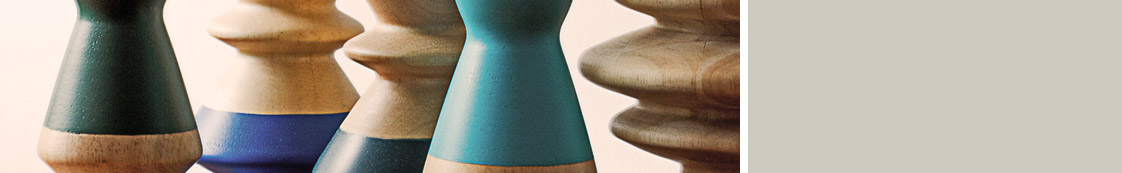 Detailaufnahme von Holzfiguren aus der Detail einer Bodenvase mit Zweigen in der Praxis für Paartherapie, Julia Bellabarba, Berlin