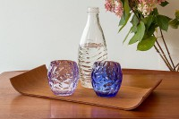Tablett mit Gläsern und Wasserflasche in der Praxis für Paartherapie Julia Bellabarba, Berlin